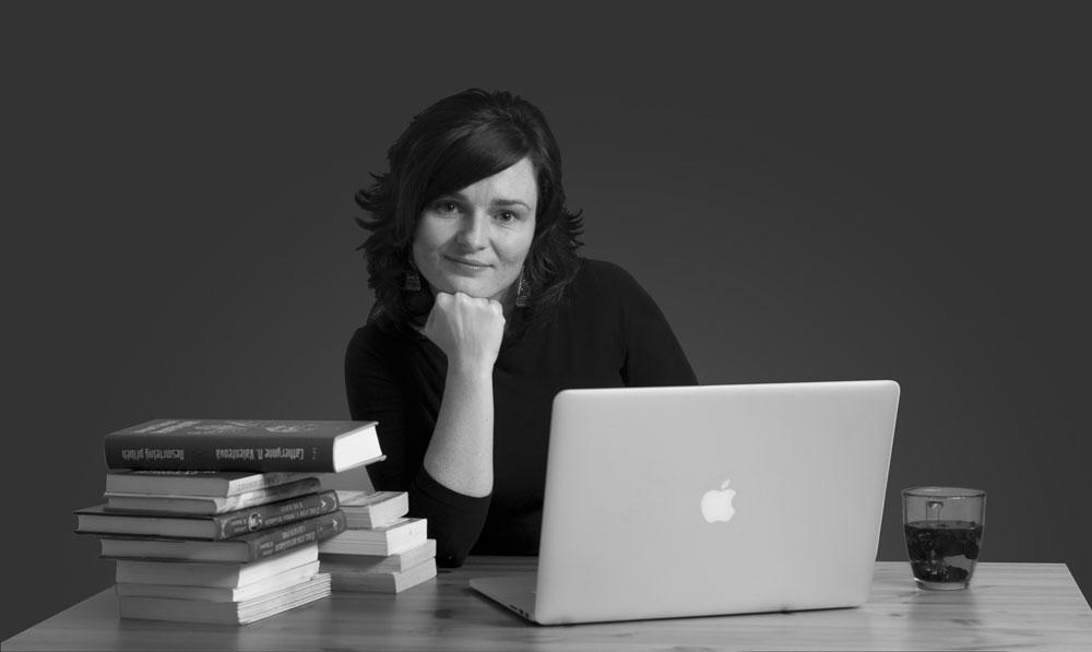 Eva Dobrovolná u stolu se svými knihami