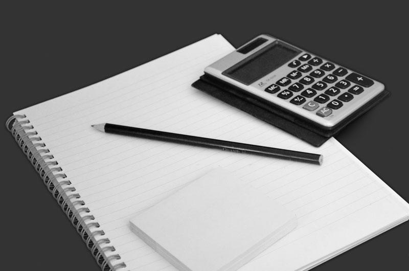 Fotografie bloku s kalkulačkou